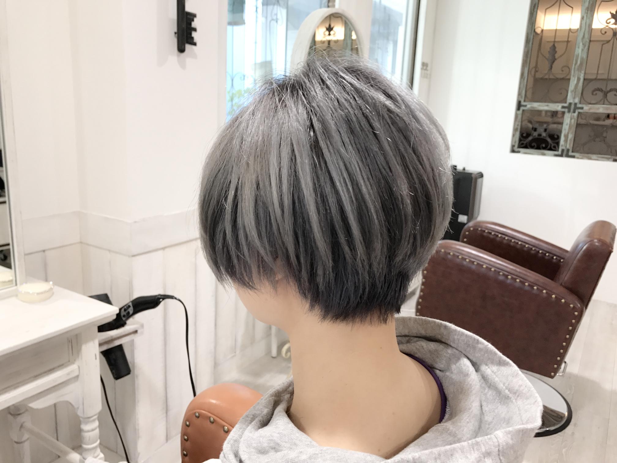 髪を白くするカラーについての説明